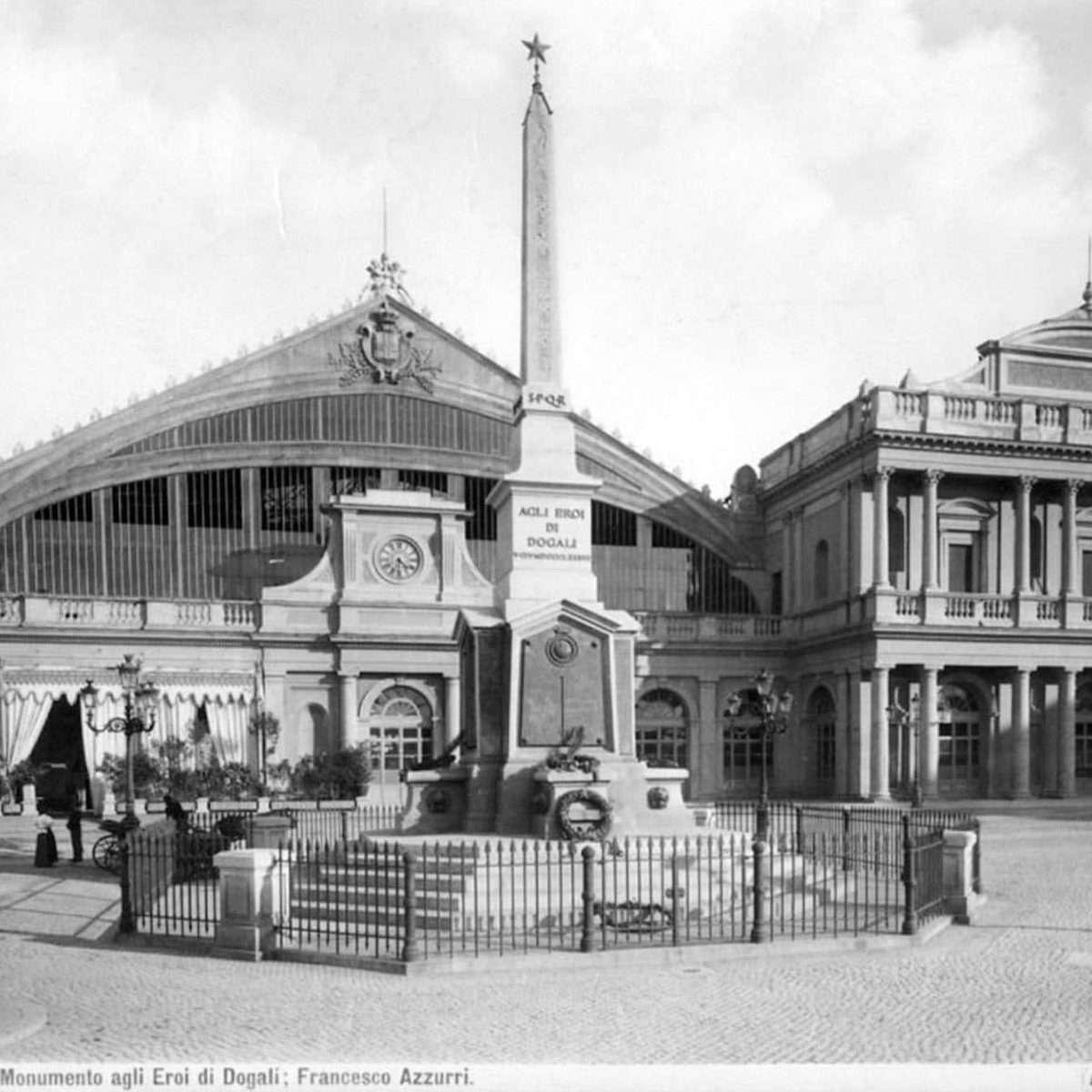 Stazione Termini con il Monumento ai caduti di Dogali