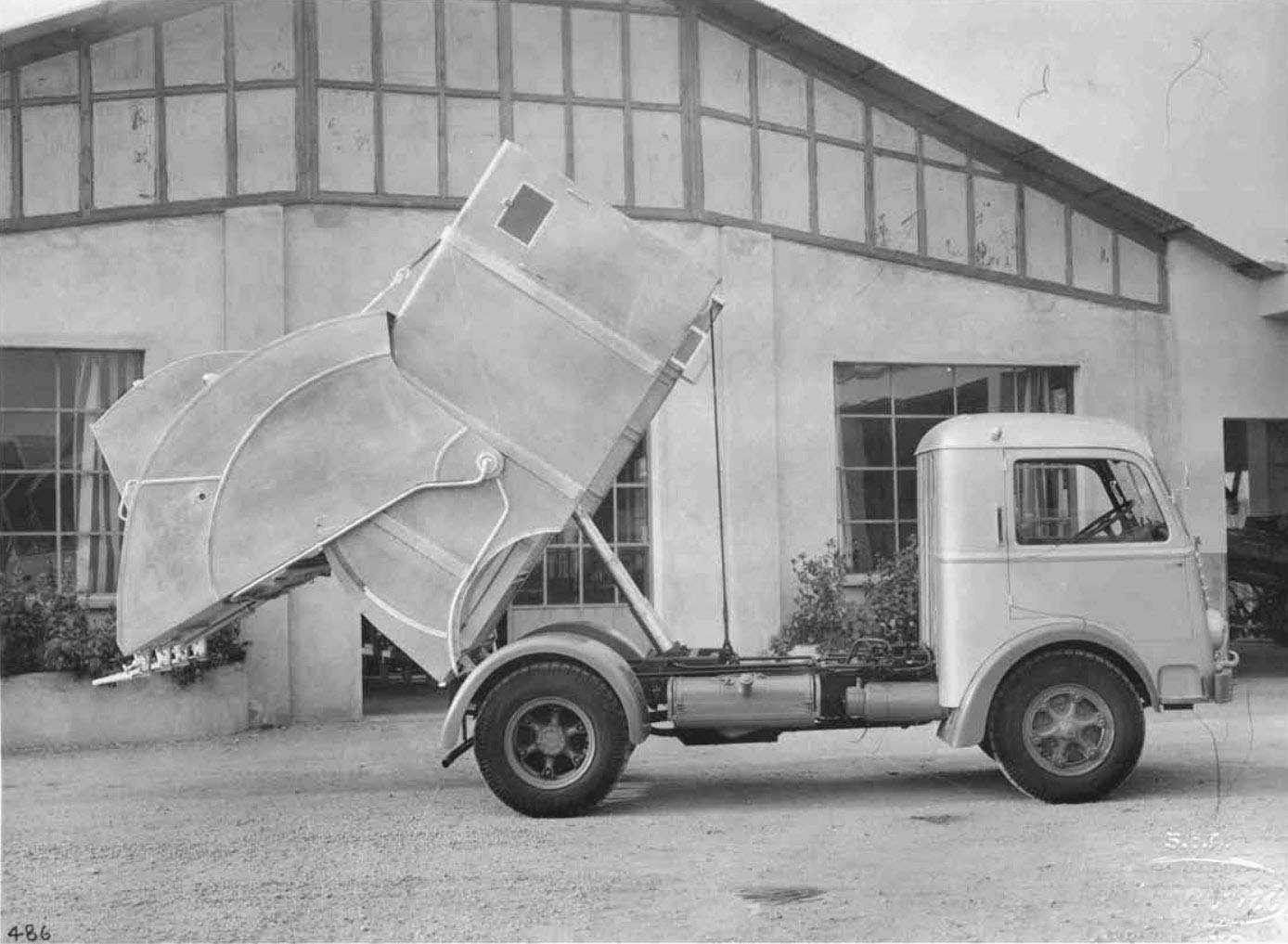 Autocarro per trasporto immondizie stradali 1951