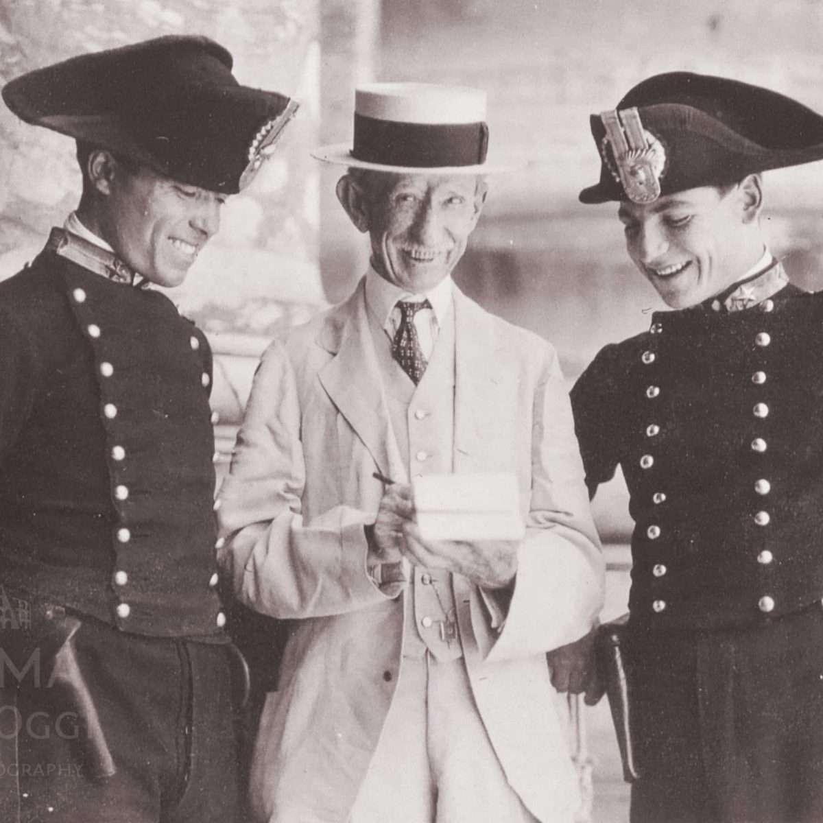 Carpenter in compagnia di due carabinieri