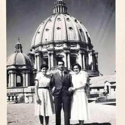 Alessandra Boccia - 1954 - mia mamma Mimma a sinistra allora quattordicenne accanto a mio zio Gino e mia zia Clara e sullo sfondo il cupolone, immenso più che mai!