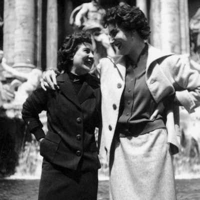 Alessandro Cintoli - Mia mamma qua con la sua amica Lilli (di Jesi) qualche anno dopo (1955) a Fontana di Trevi. Mia mamma è quella alta 1 metro e 80