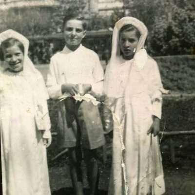 Alessandro Rinaldi - Piazza di Porta San Giovanni mia madre e mia zia Ileana e Franca il giorno della prima comunione, quello dietro è il basamento della statua di San Francesco 1938