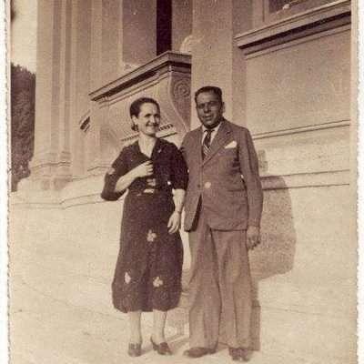 Daniela Maione - I miei nonni Olga e Filippo davanti al serbatoio dell'acqua nel Parco dei Daini a Villa Borghese dove abitavano perchè mio nonno era il custode
