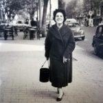 Elisabetta Elly Cesarini - Mia madre a passeggio felice a Roma 21 anni 😊 Anno 1955....riconoscete la zona?