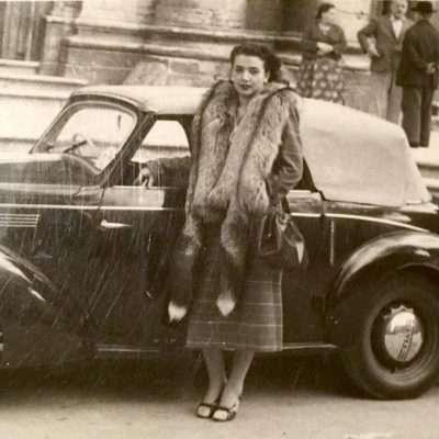 Federica Rinaldoni - mia nonna. Primi anni '40. Forse davanti alla Chiesa di Sant'Agnese in Agone a Piazza Navona?!