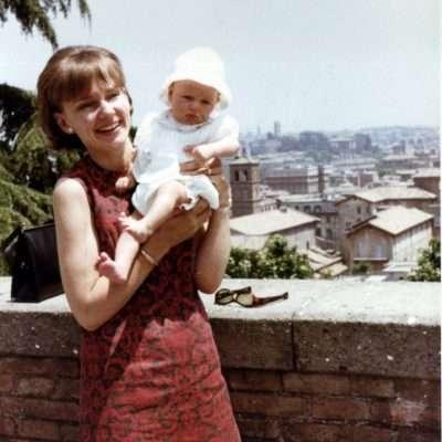 Jessica Maier - Mia madre con mia sorella, 1965, piazza di San Pietro in Montorio