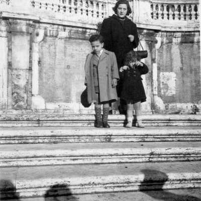 Maurizio Merosi - 1948:49 - piazza di spagna, scalinata trinità de monti, io, mia sorella e mia madre