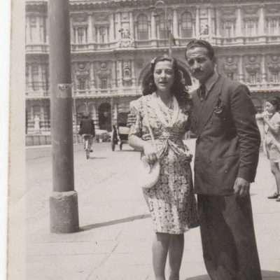 Maurizio Merosi - mio padre e mia madre davanti al palazzaccio su ponte umberto nella primavera 1942
