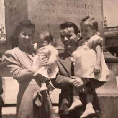 Patrizia Di Giuseppe - 1948, io di pochi mesi in braccio a mamma, mio papà e mia sorella. Obelisco di Piazza San Pietro. Abitavamo a via Nicoló III dove sono nata.