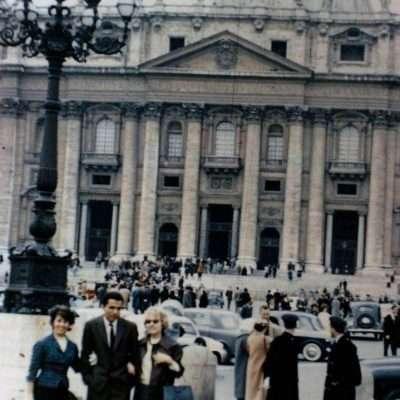 Paula Wolf - San Pietro, 1961. Le mie amiche Lilli e Fernanda con Walter Caicedo, venuto a Roma dall'Equador per laurearsi in ingegneria alla Sapienza