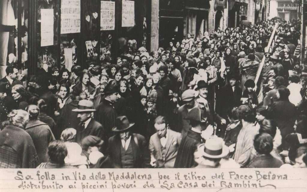 Tutti in fila a via della Maddalena