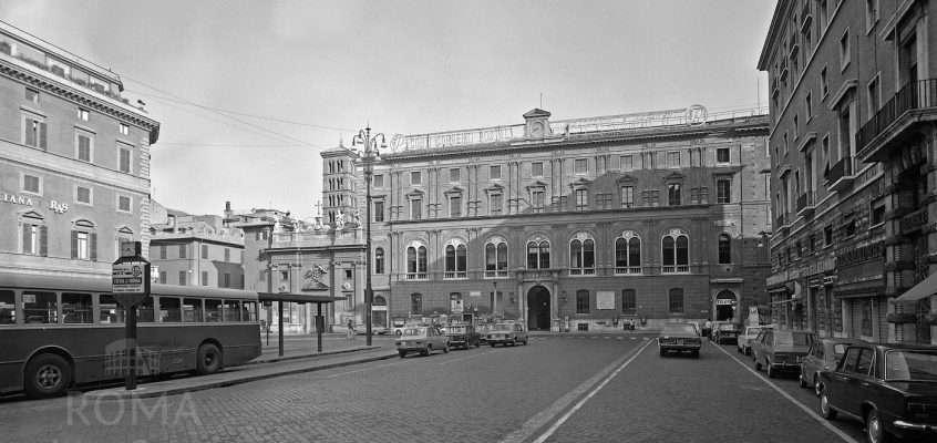 Piazza San Silvestro (anni '70)